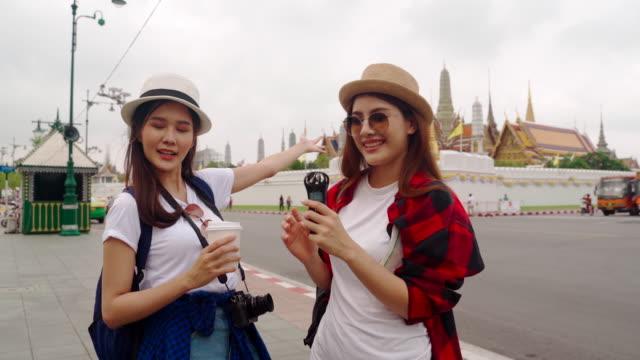 """girl guides of thailand es fellow japanese to visit the main attractions of the country."""" wat phra kaeo """" wahrzeichen von bangkok in thailand. - zurücklehnen stock-videos und b-roll-filmmaterial"""