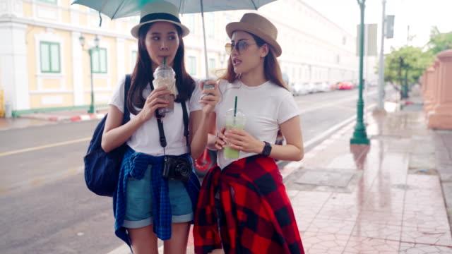 """stockvideo's en b-roll-footage met girl guides van thailand's mede-japanse naar de belangrijkste attracties van het land te bezoeken."""" wat phra kaeo """" landmark van bangkok in thailand. - achterover leunen"""