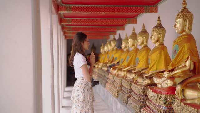 """girl guides of thailand es fellow japanese to visit the main attractions of the country."""" wat pho """" wahrzeichen von bangkok in thailand. - zurücklehnen stock-videos und b-roll-filmmaterial"""