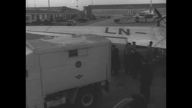 girl handing out items to child flood victims people stand around box / scandinavian airlines plane coming to stop / truck backs up to plane for... - rotes kreuz organisierte gruppe stock-videos und b-roll-filmmaterial