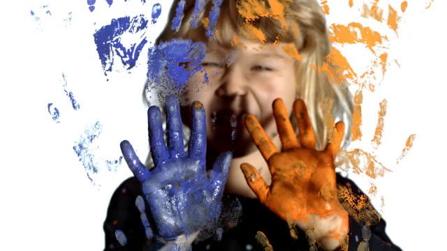 vídeos de stock e filmes b-roll de hd: tendo divertido menina pintura com as mãos - multi coloured