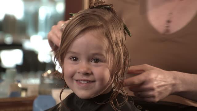 vidéos et rushes de cu, girl (2-3) having hair cut in beauty salon, manhattan beach, california, usa - coiffeur