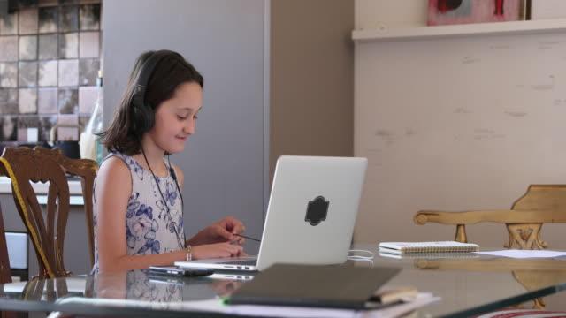 vidéos et rushes de girl having video call - seulement des petites filles