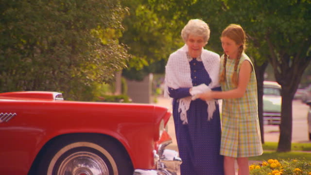 vídeos de stock, filmes e b-roll de girl helping old woman across the street, car stops suddenly - cruzando