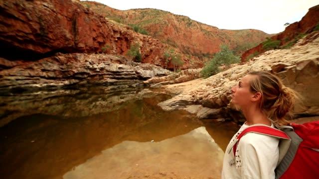Wandelen in de outback meisje leest de kaart voor een routebeschrijving