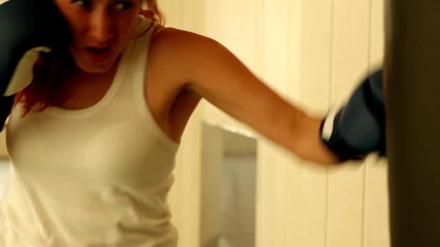 vídeos de stock, filmes e b-roll de menina batendo derrubada do quarto zagueiro - tatame tapetinho