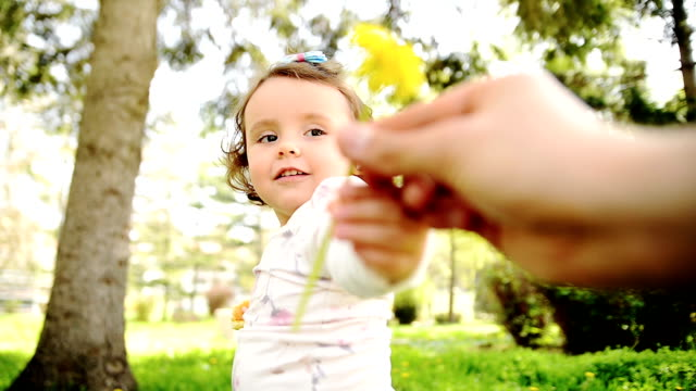 vídeos y material grabado en eventos de stock de girl holding flower - oler