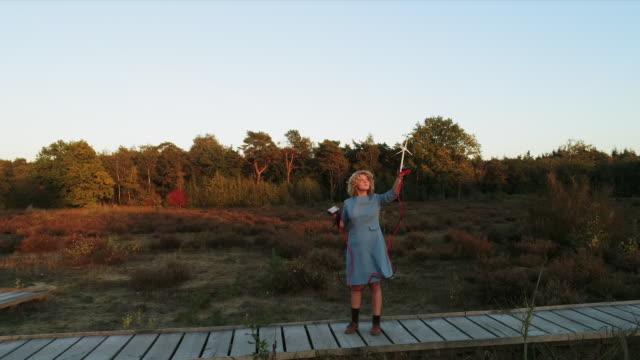 vidéos et rushes de girl (10-11) holding wind turbine model - développement durable
