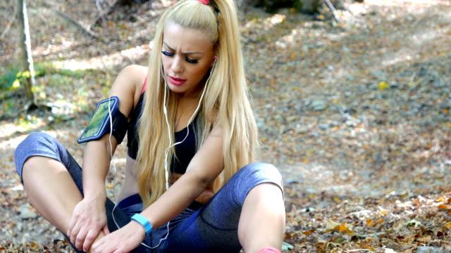 Mädchen verletzen ihr Bein während des Trainings im freien