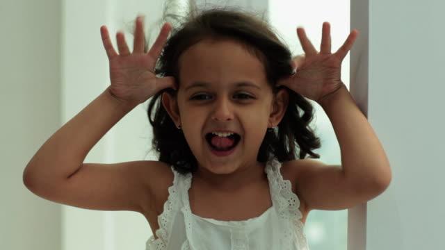 vídeos de stock, filmes e b-roll de girl in a playful nature  - fazendo careta