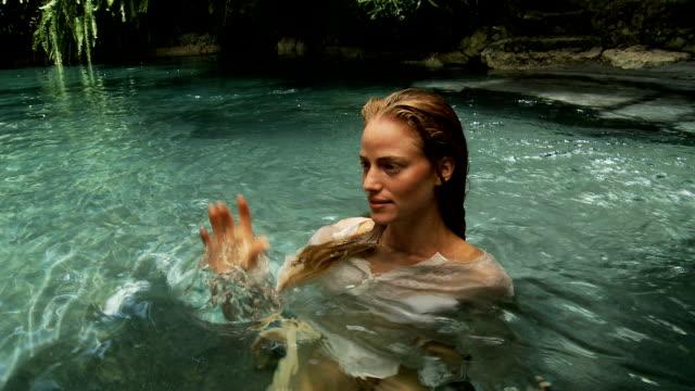 vídeos de stock e filmes b-roll de menina em uma piscina tropical - vestido branco