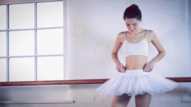 girl in ballet studio - sportbehå bildbanksvideor och videomaterial från bakom kulisserna