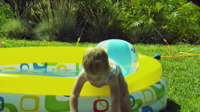 vidéos et rushes de ms girl (2-3) in bating suit playing in wading pool / burbank, california, usa - pataugeoire