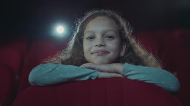 vídeos de stock e filmes b-roll de girl in cinema - edifício de teatro