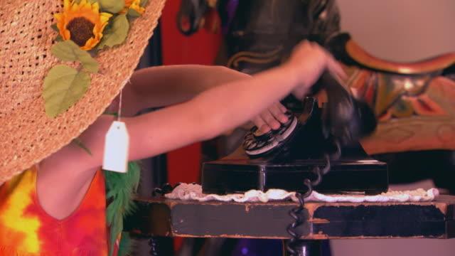 vidéos et rushes de girl in costume answers phone - langue humaine