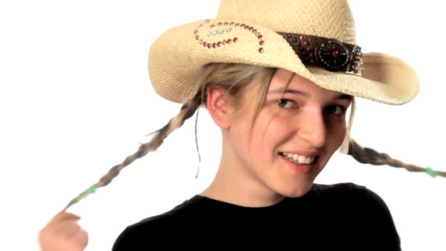 Mädchen in cowboy-Hut Wirbel Ihr Haar.