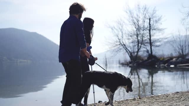stockvideo's en b-roll-footage met het meisje in krukken loopt op strand met haar vriend - kruk orthopedische apparatuur