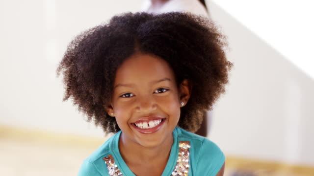 vídeos de stock, filmes e b-roll de garota no consultório médico - bebês meninas