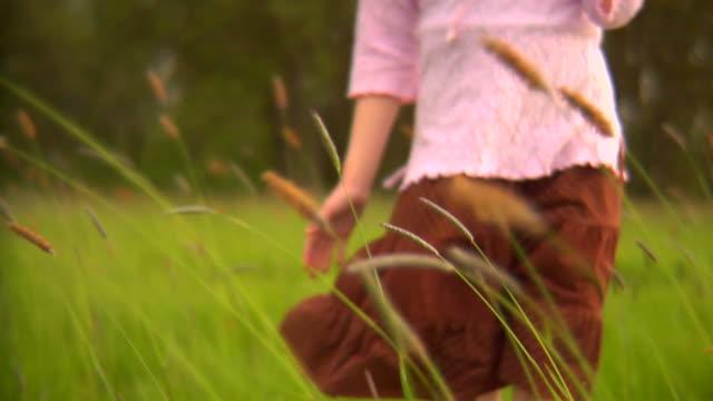 vídeos y material grabado en eventos de stock de chica en campo - falda