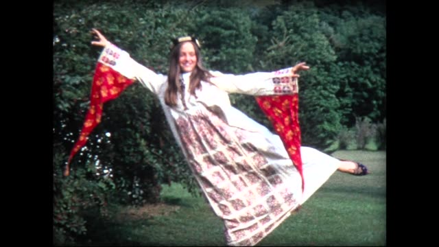 vídeos de stock e filmes b-roll de 1968 girl in flowing robe doing dance pose - hippie