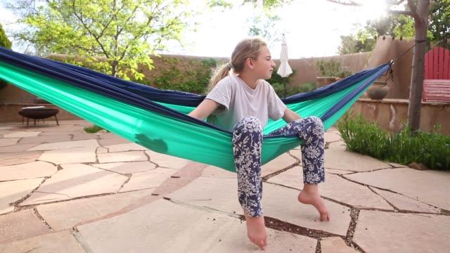girl in hammock - kind vor der pubertät stock-videos und b-roll-filmmaterial