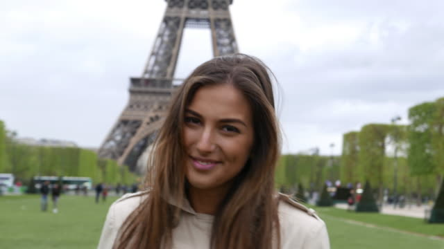 ragazza a parigi - persona attraente video stock e b–roll