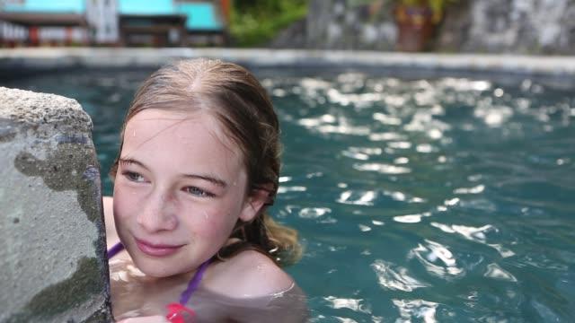 girl in pool - 10 11 år bildbanksvideor och videomaterial från bakom kulisserna