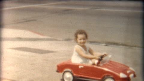 vidéos et rushes de fille en rouge voiture années 1960 - film d'amateur
