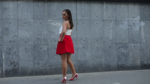 flicka i röd kjol - minikjol bildbanksvideor och videomaterial från bakom kulisserna