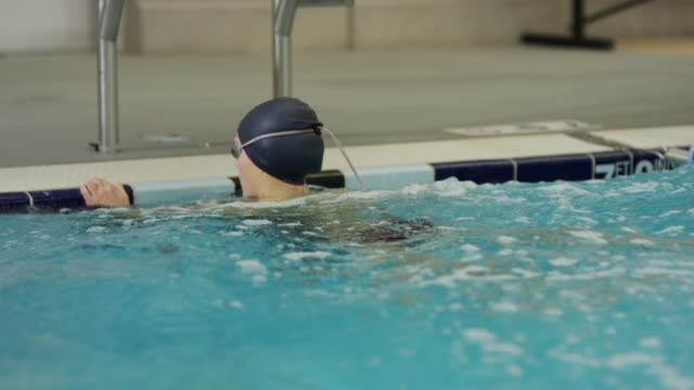 vídeos de stock e filmes b-roll de girl in swimming pool cheering at time after swimming / provo, utah, united states - provo