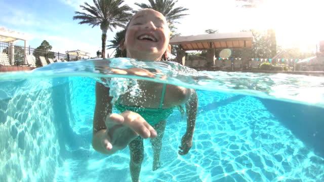 mädchen im schwimmbad wassertreten - freibad stock-videos und b-roll-filmmaterial