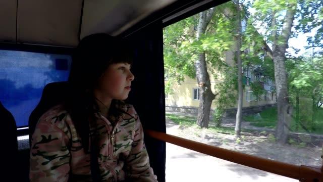 vídeos de stock, filmes e b-roll de garota no ônibus. - ônibus