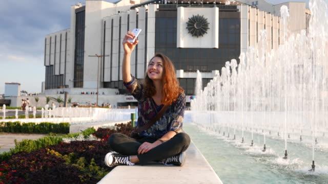 vídeos de stock e filmes b-roll de girl in the city taking photo - só uma menina adolescente