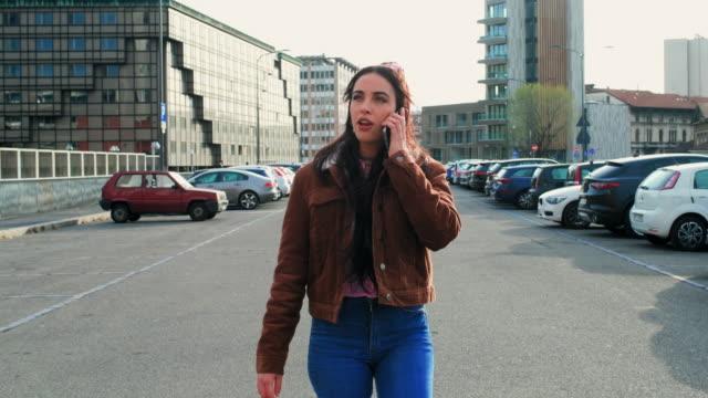 vídeos y material grabado en eventos de stock de girl in the city - encuadre de cuerpo entero