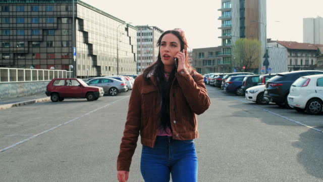 girl in the city - full length点の映像素材/bロール