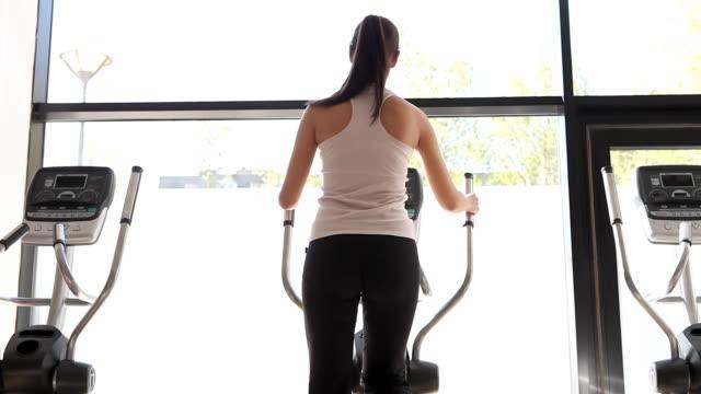 vídeos y material grabado en eventos de stock de chica en el gimnasio - pedestrismo