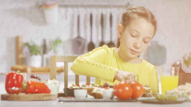 mädchen in der küche - nur mädchen stock-videos und b-roll-filmmaterial