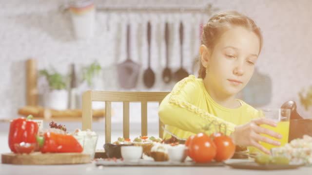 vídeos de stock, filmes e b-roll de garota na cozinha - copo