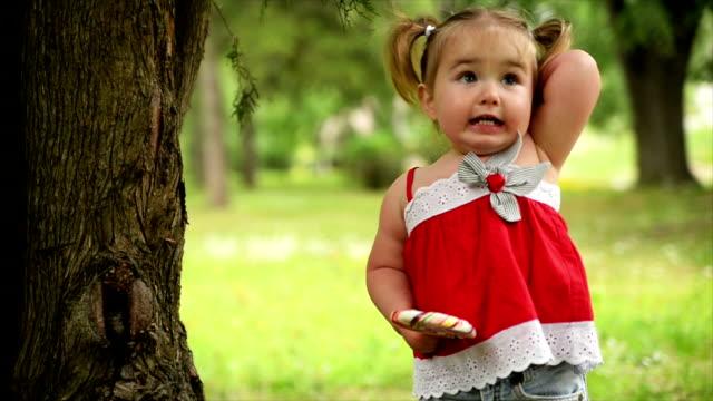 vidéos et rushes de fille dans le parc. au ralenti. - langue humaine