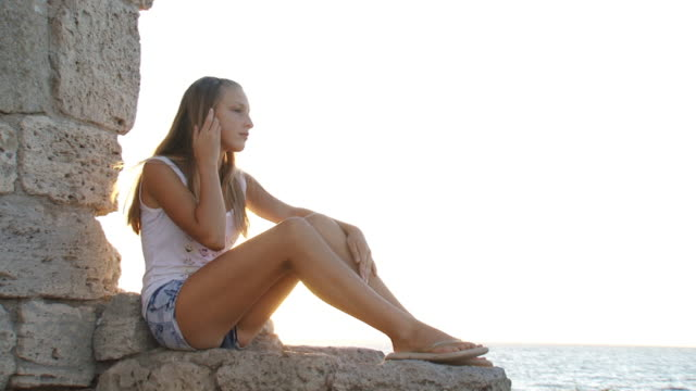 girl in the ruins - endast en tonårsflicka bildbanksvideor och videomaterial från bakom kulisserna