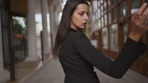 vídeos y material grabado en eventos de stock de chica en las calles del casco antiguo de sarajevo coqueteando con la cámara durante el día por sí misma, en cámara lenta. - cabello negro