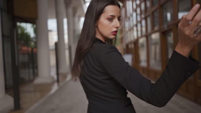 vidéos et rushes de fille dans les rues de la vieille ville de sarajevo flirtant avec la caméra pendant la journée par elle-même, au ralenti. - cheveux noirs