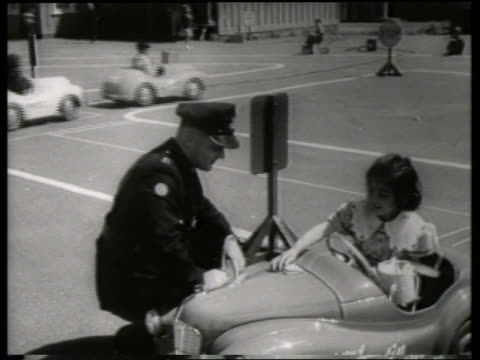vídeos y material grabado en eventos de stock de b/w girl in toy car emptying purse in front of policeman / no sound - bolso