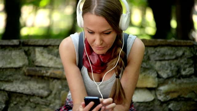 女の子はいくつかの音楽を楽しんでいます。