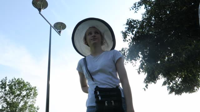 girl is feeling tired - nur mädchen stock-videos und b-roll-filmmaterial