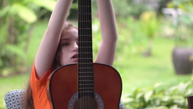 mädchen ist gitarre ausbildung sie nicht wissen, wie - torschuss stock-videos und b-roll-filmmaterial