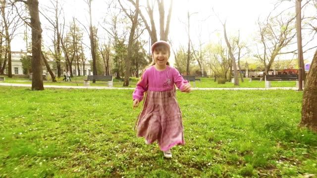 女の子はランニング公園のます。スローモーション