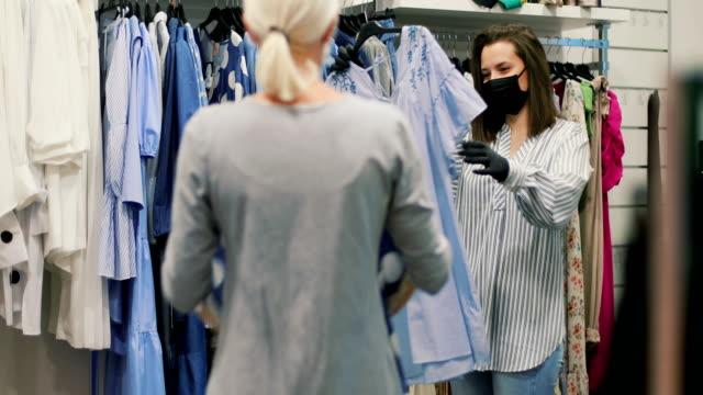 vidéos et rushes de une fille fait du shopping - boutique