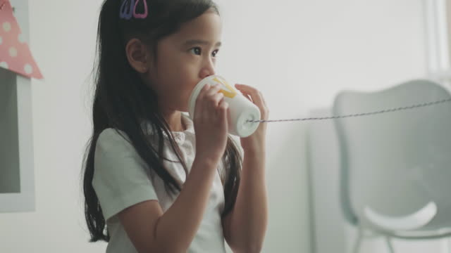 vídeos de stock, filmes e b-roll de menina está falando com o professor - brinquedo