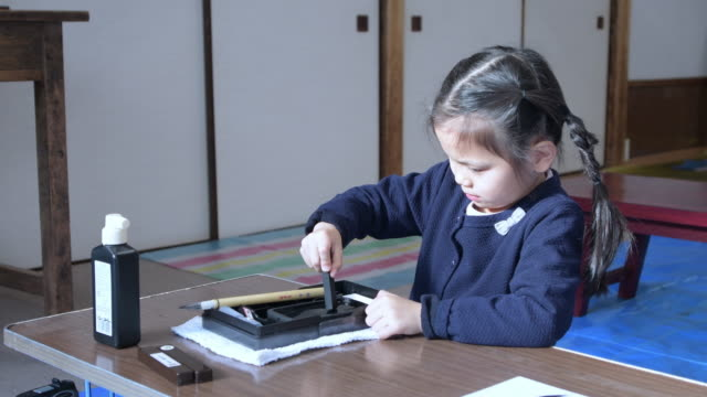 girl japanese calligraphy taught by a teacher. - 集中点の映像素材/bロール